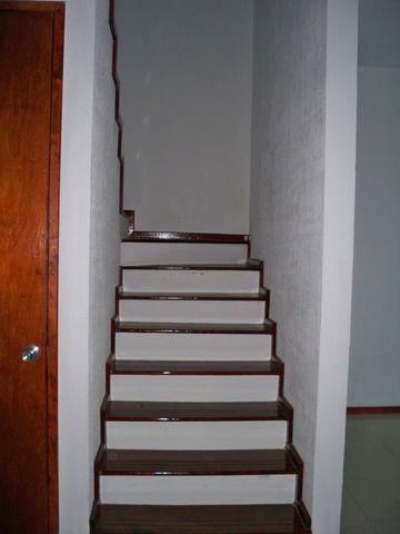 escaleras con detalle de madera para casa de interes