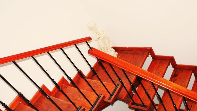 Escaleras de interior terminadas en madera con herreria for Escaleras de madera interior precio