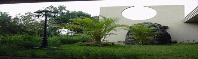 Jardin con fuente forrada de piedra edificaciones for Jardin fuente de piedra